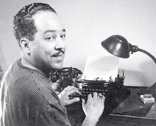 Langston Hughes - sentado a la máquina de escribir